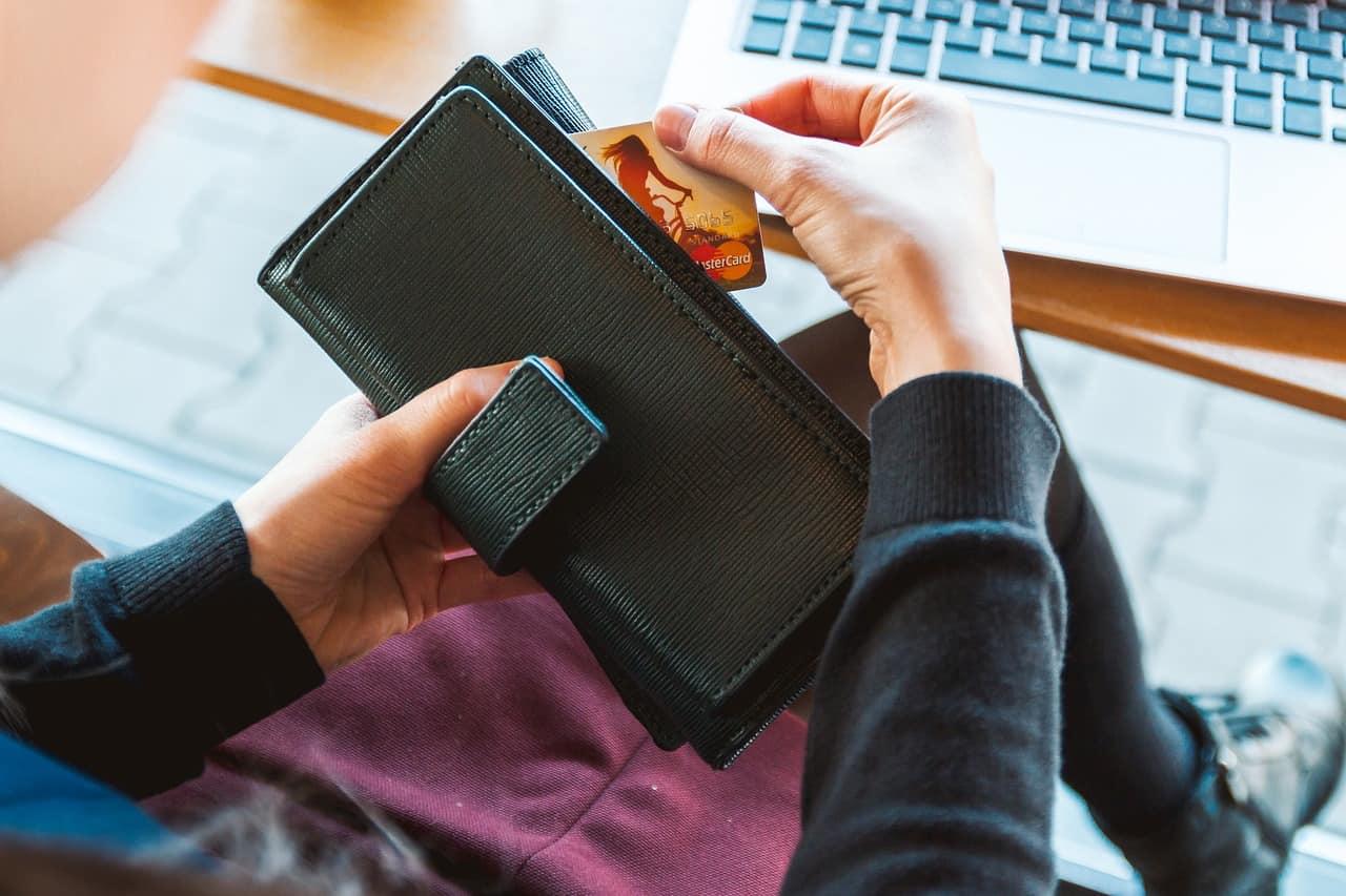אישה מוציאה אשראי מהארנק