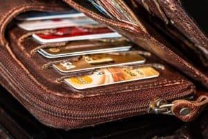 ארנק עם כמה כרטיסי אשראי