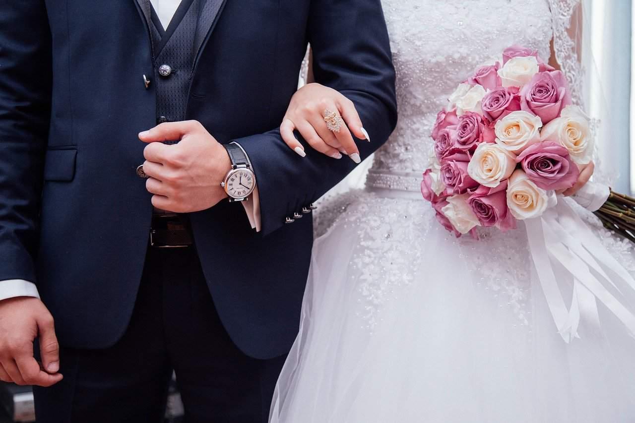 זוג נשואים מחזיקים ידיים