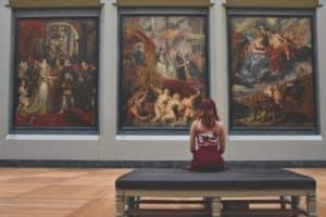 אישה יושבת בתערוכה