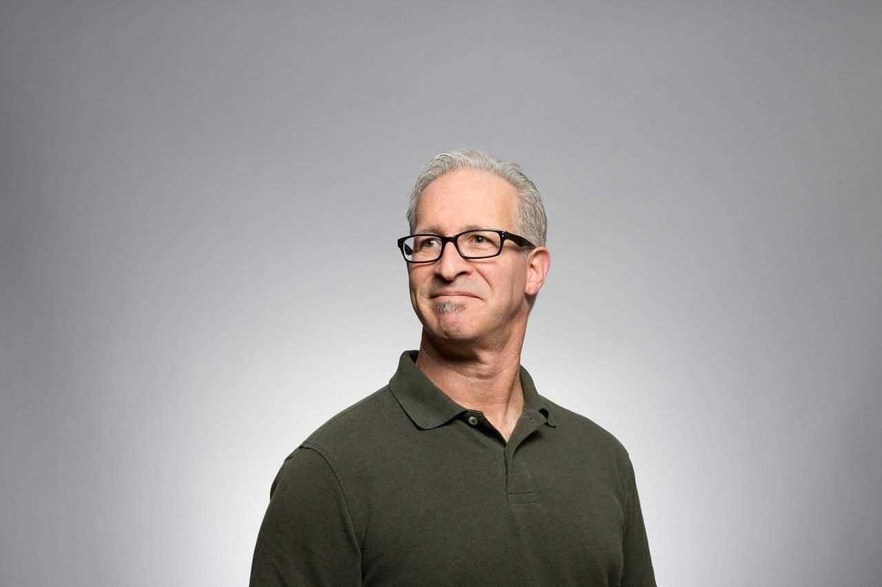 איש שעונד משקפיים